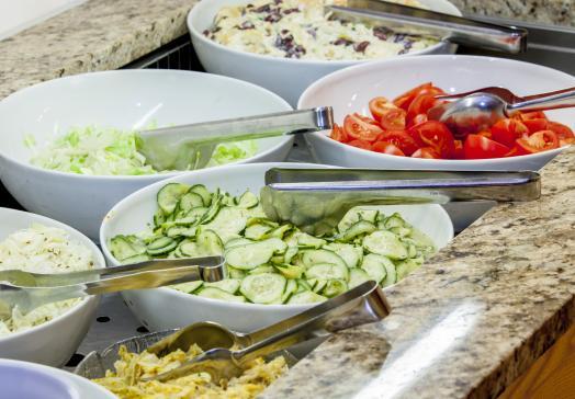 Täglich bieten wir Ihnen ein umfangreiches Salatbuffet