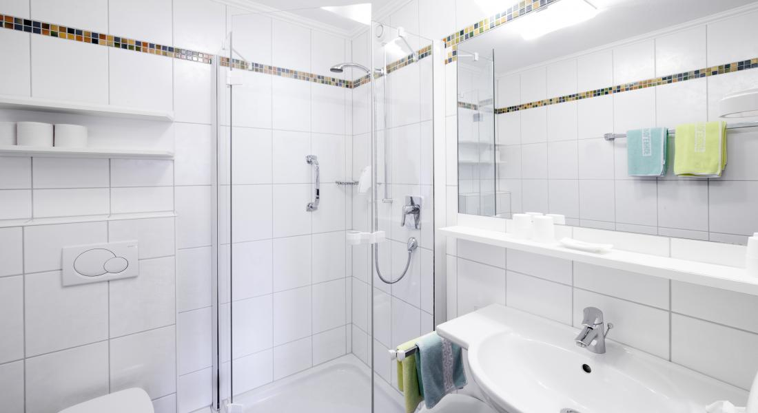 Ansicht Badezimmer mit DU/WC im Landhotel Tierolrhof