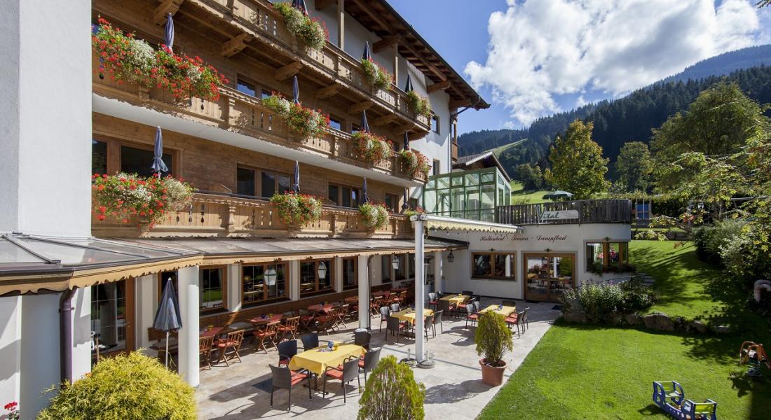 Aussenansicht Landhotel Tirolerhof mit Garten und Terrasse