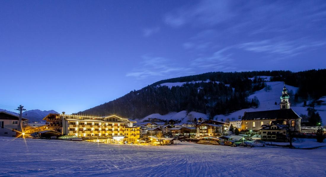 Skipiste am Abend neben dem Landhotel Tirolerhof