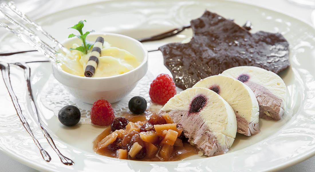Süße Dessertvariation an einem Teller angerichtet - Landhotel Tirolerhof